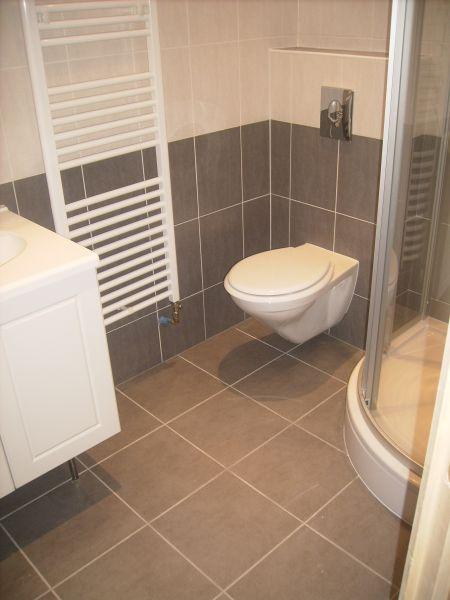 Salle de bain rouge blanc et gris for Salle de bain blanche et grise